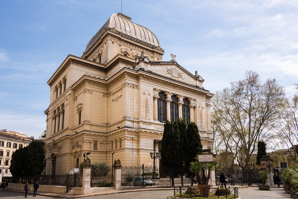 a synagogue essay It was beautiful, right next to an old church called santa maria la blanca that was in medieval times a synagogue synagogues in spain written on november 10.