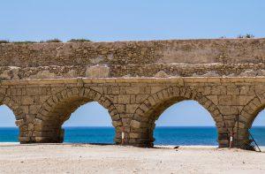 Circuit en français avec Jordanie. Aqueduc antique à Césarée