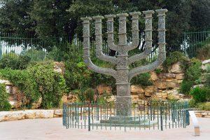 La sculpture de la Ménorah de la Knesset. Circuit en français avec Jordanie